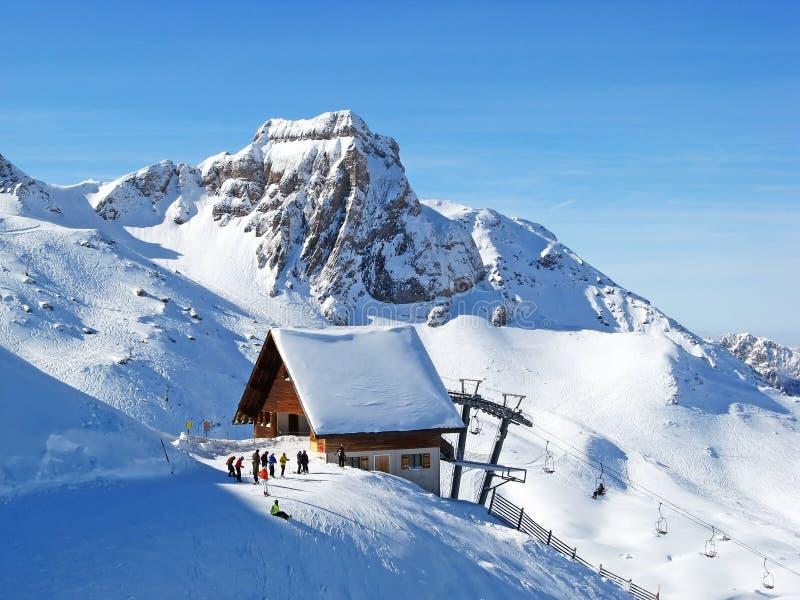 наклон катания на лыжах стоковое фото rf