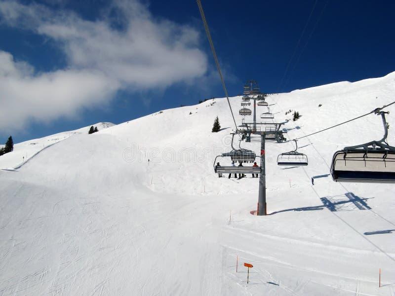 наклон катания на лыжах стоковая фотография rf