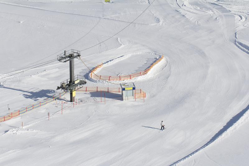 Наклон лыжи с подъемом лыжи стоковое фото rf