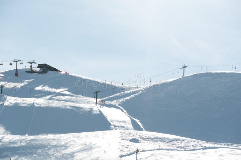 наклон лыжи chairlifts стоковое фото rf