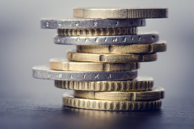 накрените веревочка примечания дег фокуса 100 евро 5 евро Монетки на белой предпосылке Валюта Европы Баланс денег стоковое изображение