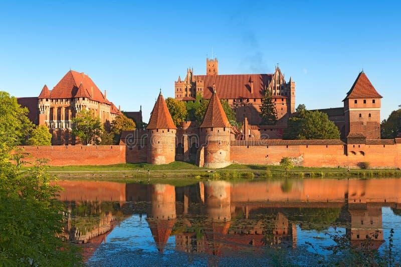 накрените malbork замока здания кирпича самое большое напротив взгляда реки стоковое фото rf