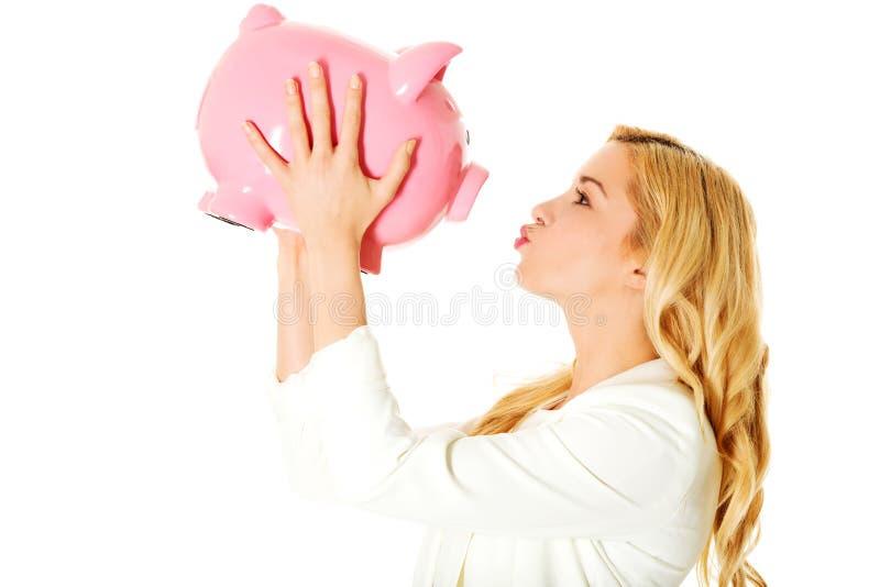 накрените piggy детеныши женщины стоковая фотография rf