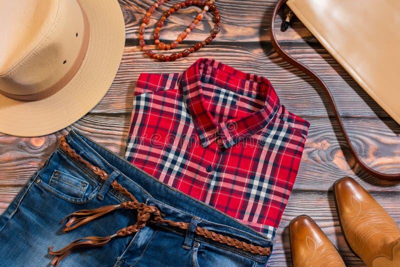 Накладные расходы вскользь женщины одевают в западном стиле стоковые изображения