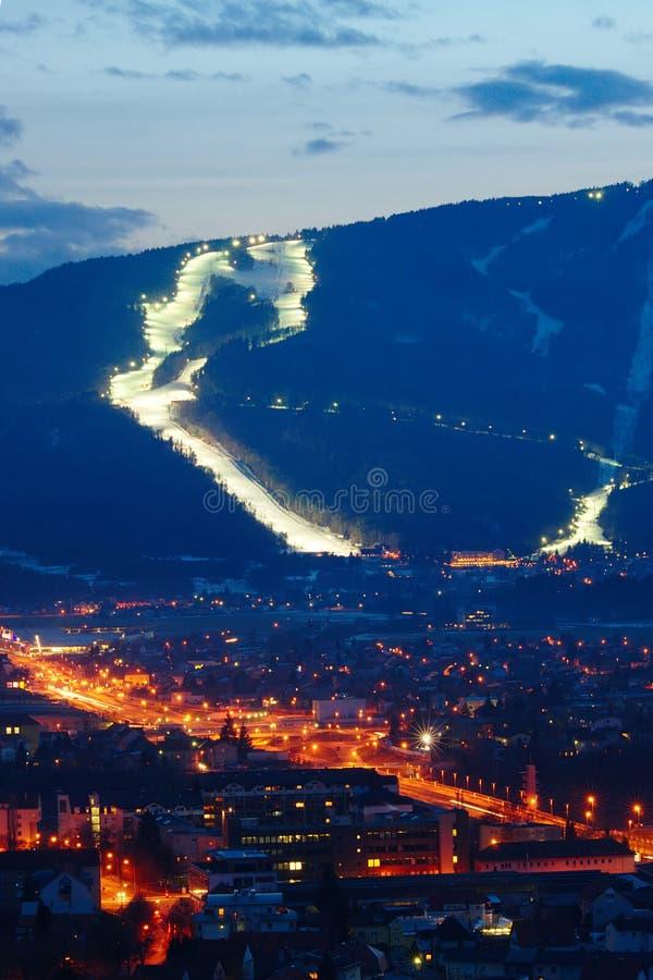 Наклоны лыжи над городом стоковое фото