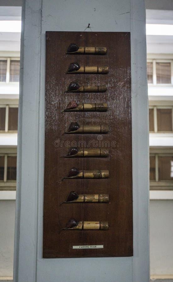 Наклонять сделанный от бамбука для рисуя показанной картины батика на деревянном фото рамки принятом в Pekalongan Индонезию стоковые изображения rf