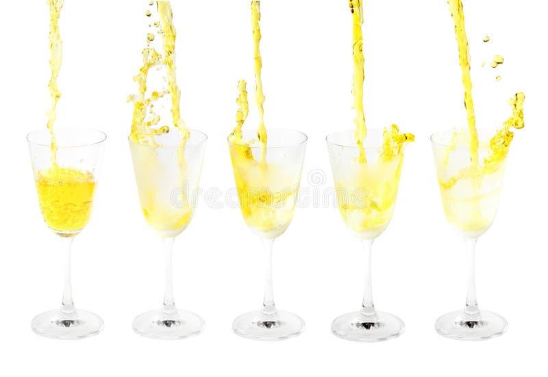 Наливающий коктейль с брызгами на белом фоне стоковые фотографии rf