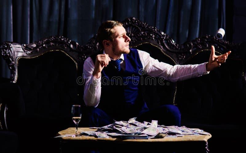 Наличные деньги человека бросая, деньги, банкноты Бизнесмен, элита, главная персона стоковое изображение rf