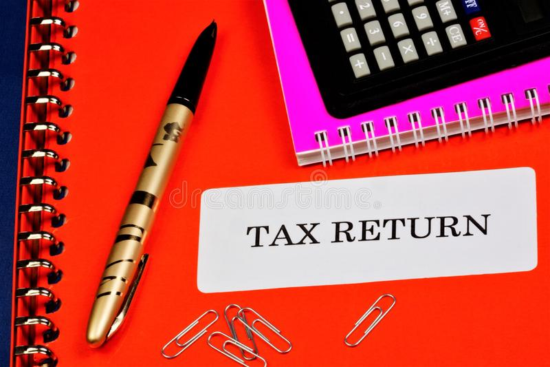 Налоговая декларация - официальное заявление налогоплательщика о полученных доходах Налоговый орган контролирует сумму налога и стоковое изображение