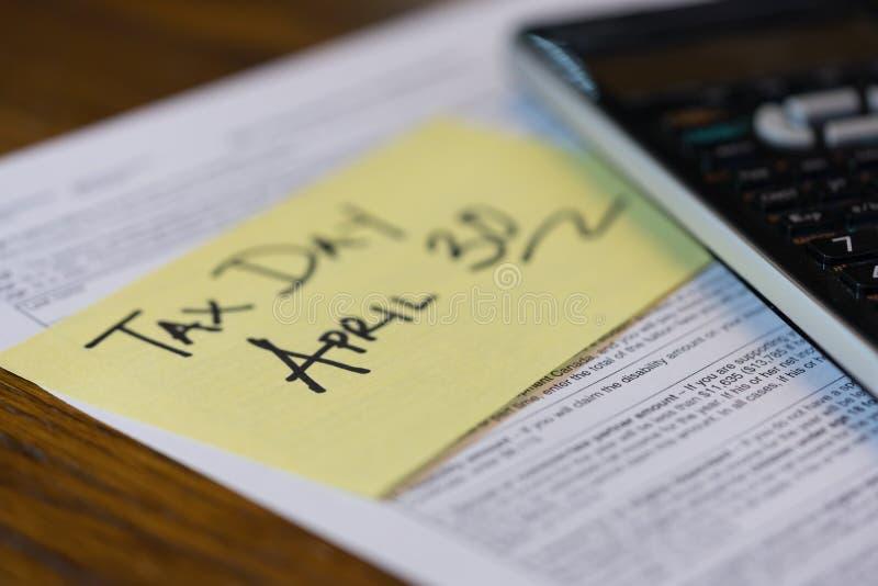 Налоговая форма и калькулятор 30-ое апреля дня налога Канады стоковые фотографии rf