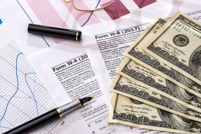 Налоговые формы 1120 и красочные диаграммы стоковые изображения