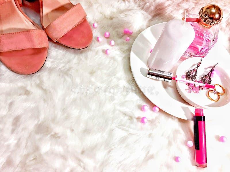 Намек розового макияжа Flatlay стоковые фотографии rf
