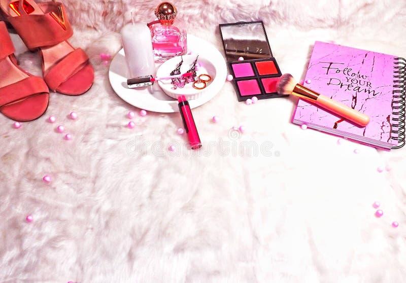 Намек розового макияжа Flatlay стоковые фото