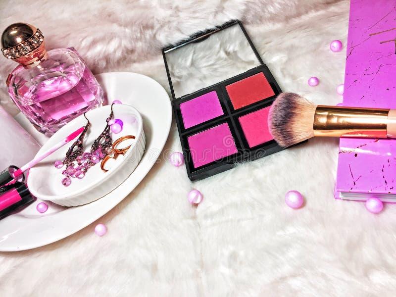 Намек розового макияжа Flatlay стоковое изображение