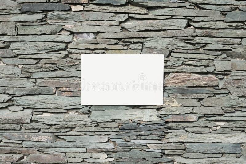 Намечайте стену и прикройте белую предпосылку знака знамени стоковая фотография