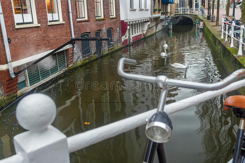 Намочите канал и улицу с местом для стоянки велосипеда в городе Делфта голландца старом стоковая фотография rf