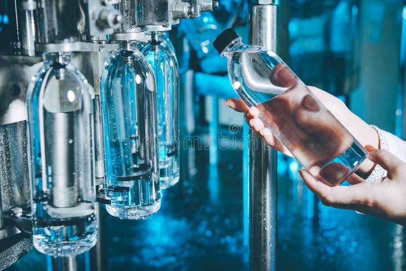 Намочите линию разлива для обрабатывать и разливать чисто ключевую воду по бутылкам стоковые фото