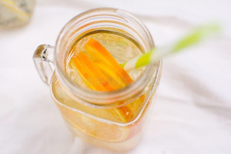 Намочите с апельсином и лимоном в стеклянном опарнике стоковые фотографии rf