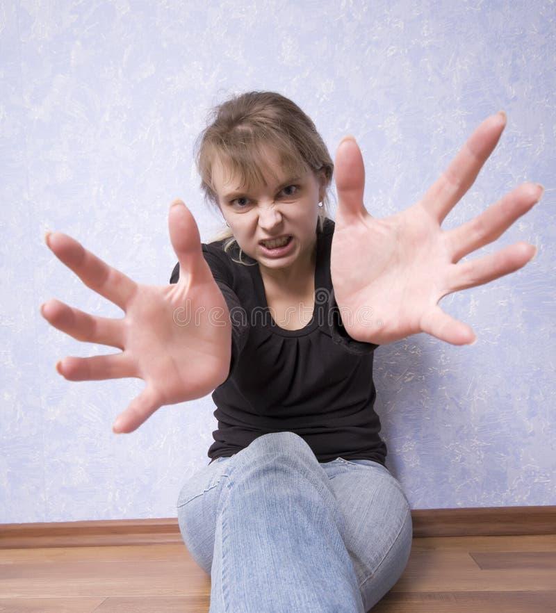 нападение поступка предназначенное для подростков к детенышам женщины стоковое изображение