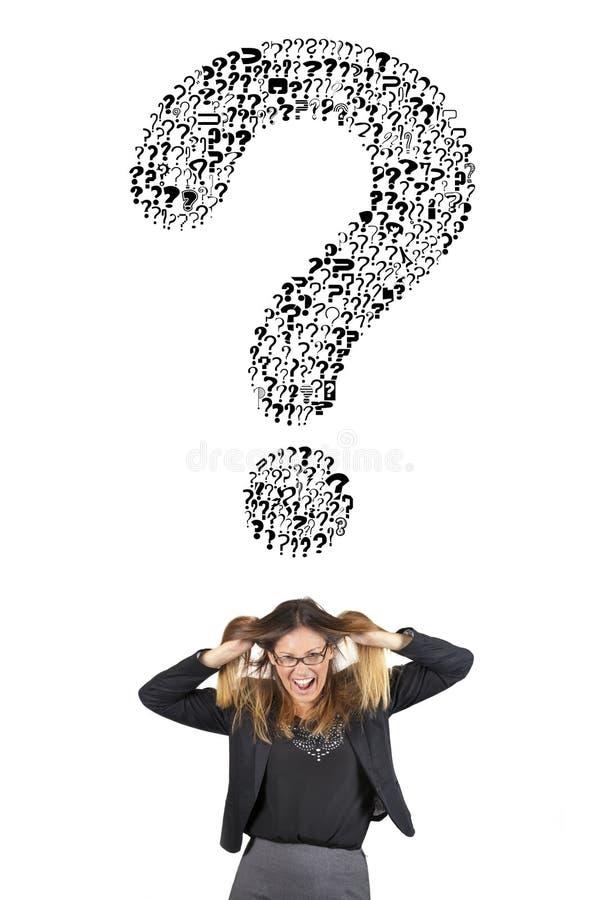 Нападение стресса для большого вопросительного знака сомнение Бизнес-леди с руками в ее вытягивать волос бесплатная иллюстрация