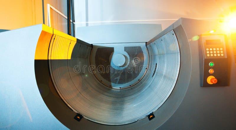Напечатайте индустрию, компьютер для того чтобы покрыть барабанчик (CTP) для развития плиты лазера стоковые фото
