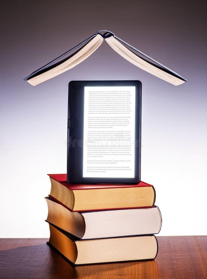 Напечатанные книги и eBook стоковое фото