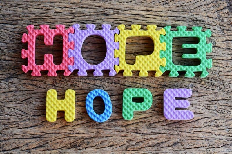 Написанное зигзагом слово надежды на деревянной предпосылке стоковые изображения rf