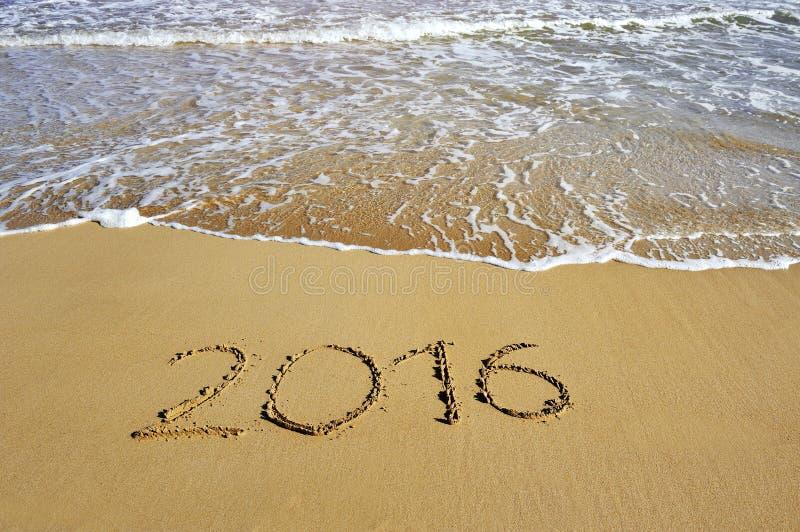 2016 написанное на пляже песка - счастливой концепции Нового Года стоковые изображения rf
