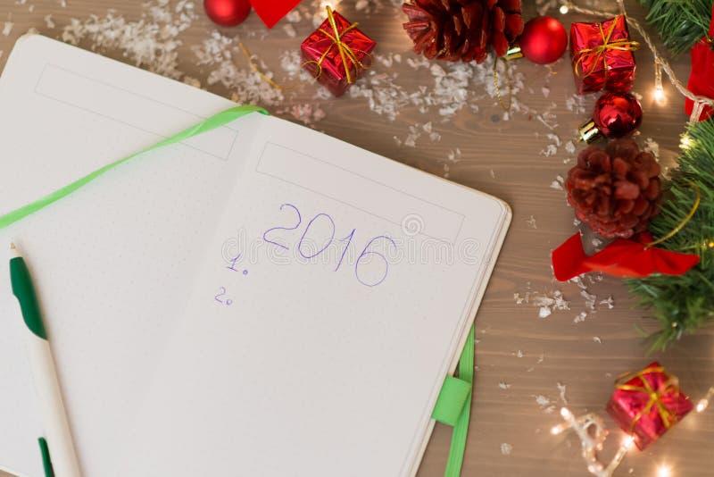 2016 написанное на тетради с украшениями рождества стоковое изображение rf