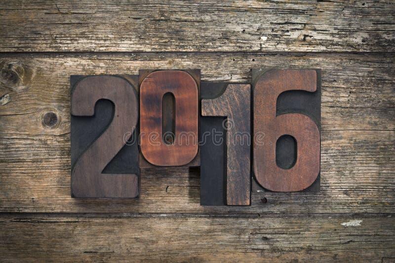 2016 написанное с винтажными блоками печатания letterpress стоковое фото rf
