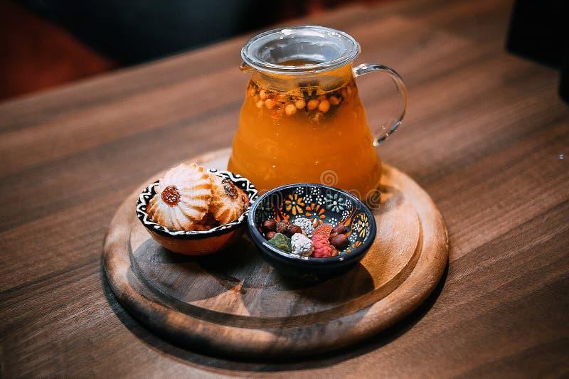 Напиток и помадки на таблице стоковые фотографии rf