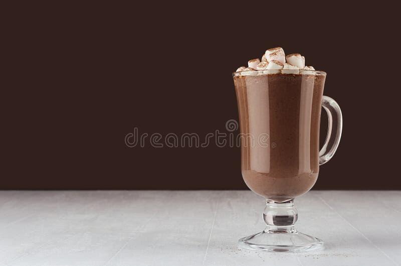 Напиток рождества - горячий шоколад в кружке с зефирами, буром порохе в элегантном темном коричневом интерьере, космосе экземпляр стоковые изображения