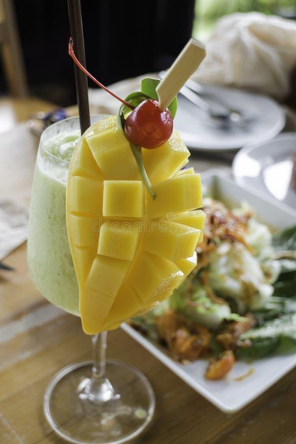 Напиток smoothie и манго кивиа здоровый стоковое изображение