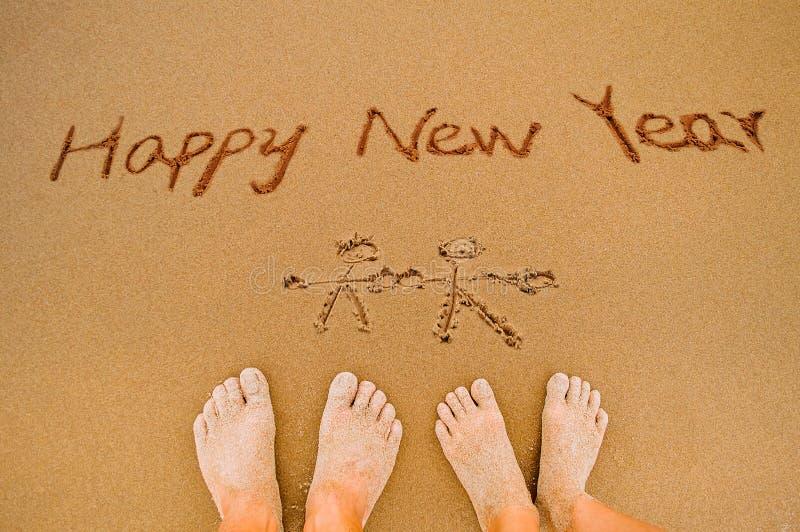 Напишите счастливый Новый Год на пляже к любовнику стоковые фото