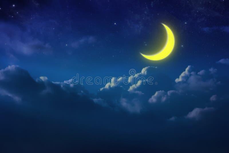 Наполовину желтая луна за пасмурным на небе и звезде на ноче напольно стоковое фото rf
