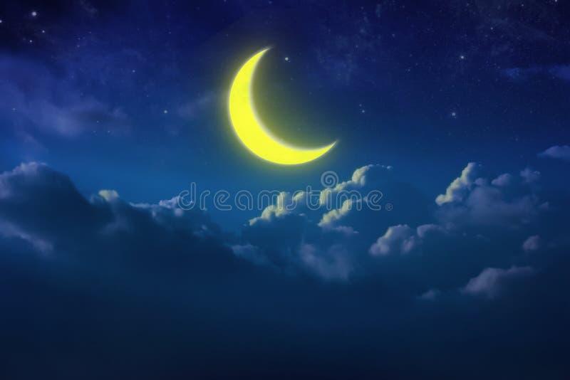 Наполовину желтая луна за пасмурным на небе и звезде на ноче напольно стоковые изображения rf