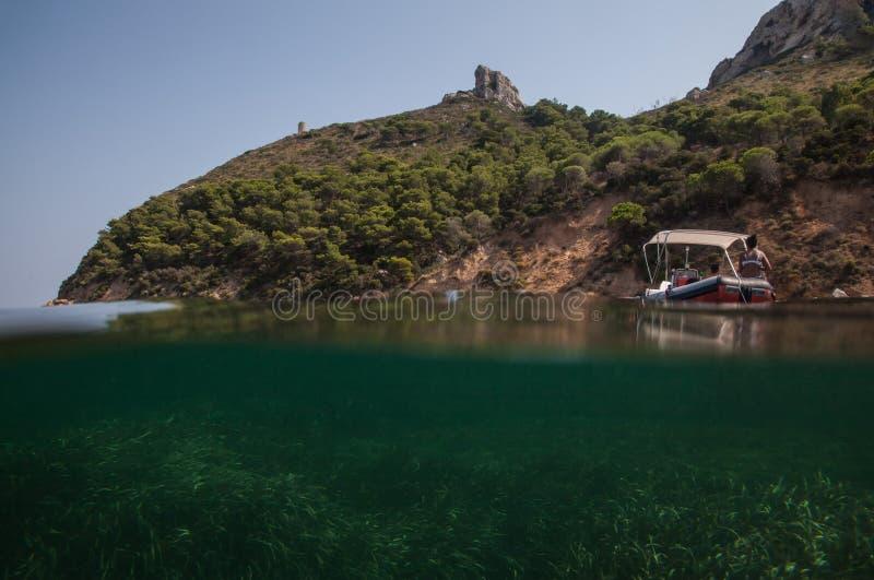 Наполовину подводный взгляд холма sella del diavolo - piccola Марины - Кальяри Сардиния стоковые фотографии rf