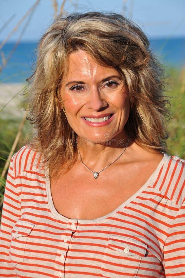 Напольный портрет привлекательной женщины среднего возраста стоковые фото