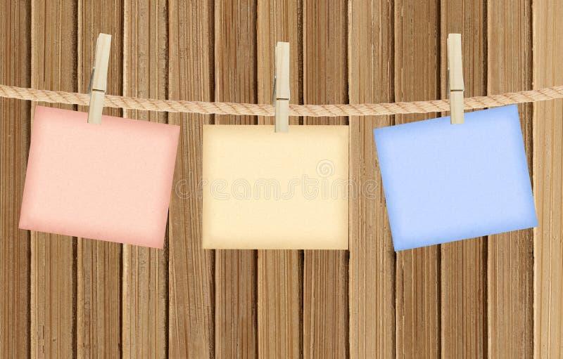 Напоминание с колышком одежд над деревянным стоковые изображения