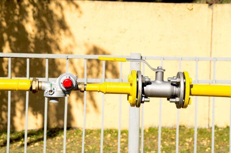 Наполните газом редуктор и клапан на трубопроводе стоковая фотография