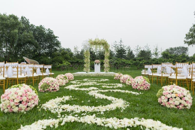 Напольная сцена свадьбы стоковые фото