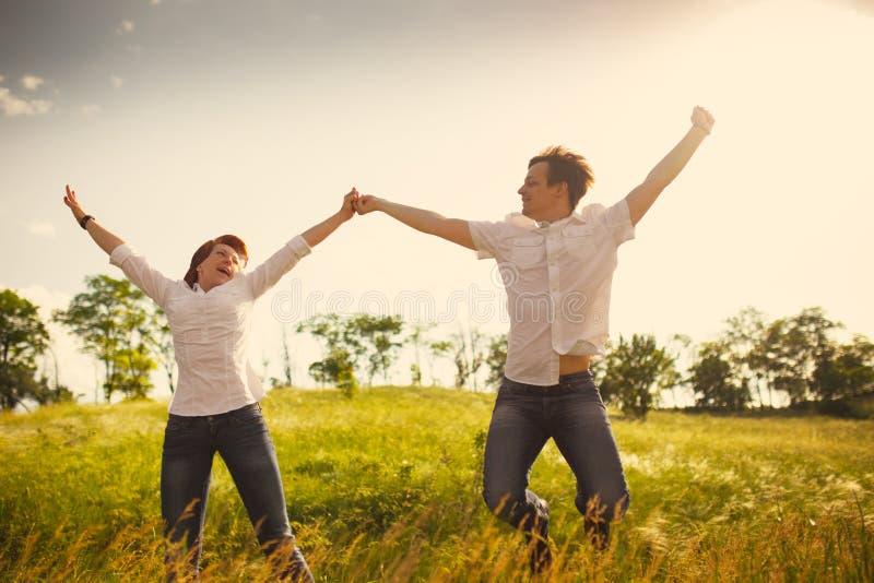 Download напольное пар счастливое стоковое изображение. изображение насчитывающей countryside - 41663499