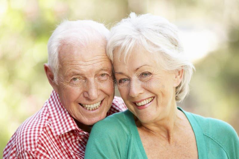 Напольный портрет счастливых старших пар стоковые изображения rf