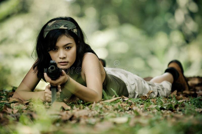 направлять женского воина машины пушки стоковая фотография