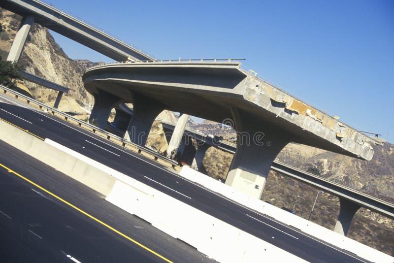 Направьте бедствие 5 и 118 скоростных шоссе следовать 1994 землетрясением Northridge, южная Калифорния стоковое изображение