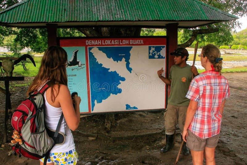Направьте говорить к туристам на центр для посетителей на острове Rinca, стоковые фото