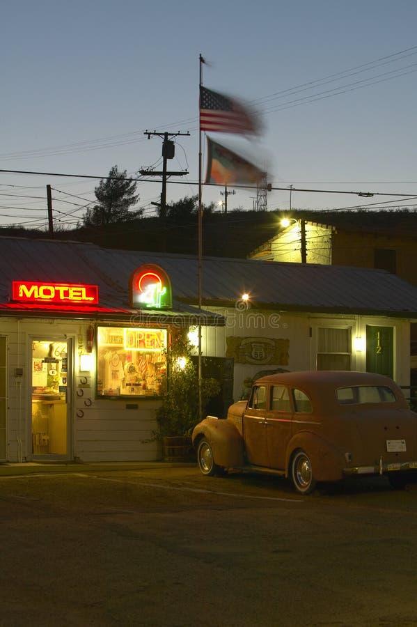 Направьте неоновую вывеску 66 и автомобили и гостей исторических винтажных гостеприимсв мотеля обочины старые в Barstow Калифорни стоковое изображение