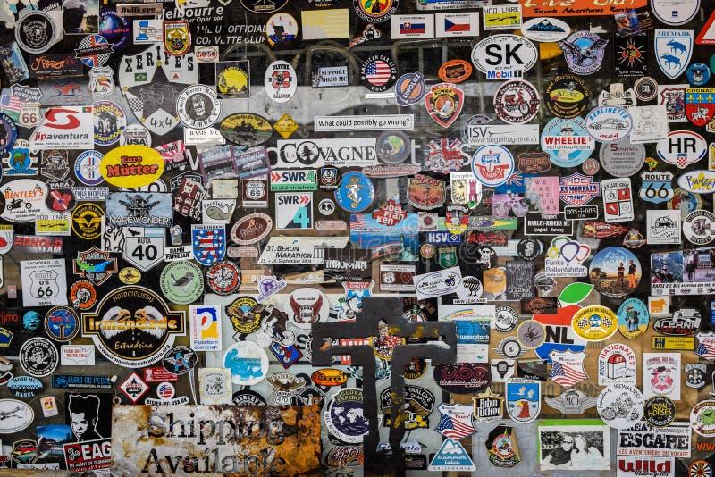Направьте 66, Hackberry, старый магазин со смешанным ассортиментом, стикеры стоковая фотография