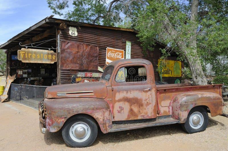 Направьте 66, Hackberry, AZ, США, автомобиль приемистости ветерана стоковые фотографии rf