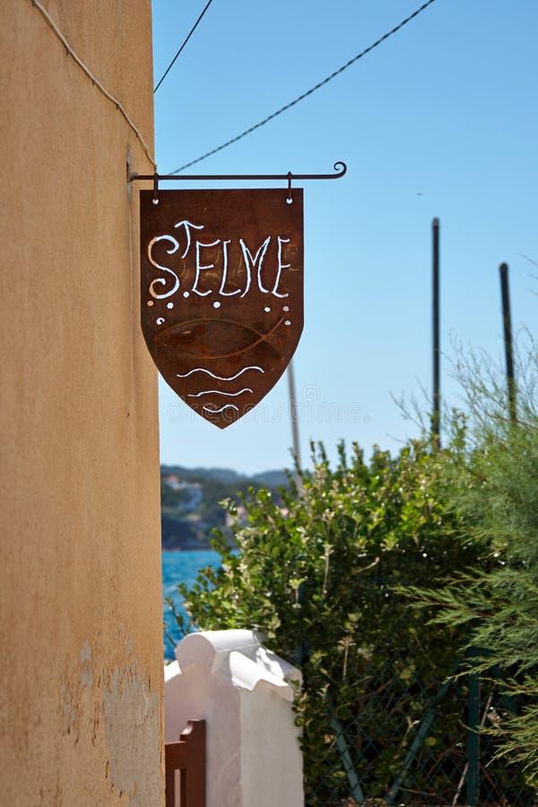 Download Направление указателей к Ла Seyne St Elme порта Стоковое Фото - изображение насчитывающей знак, небо: 37926330